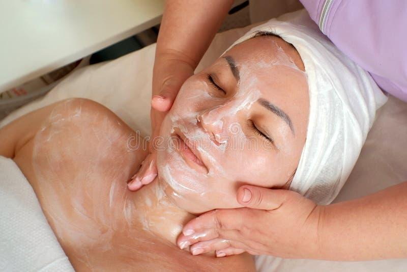 kosmetyczna procedura Biała posilna śmietanka na twarzy Azjatycka kobieta Ręki cosmetologist stawiają maskę na cierpliwym « zdjęcie stock