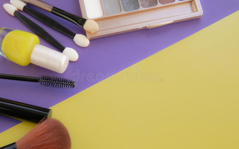 kosmetyczne akcesoria Szczotkuje dla rumiena, szczotkuje, lakier na kolorze żółtym, purpurowy tło zdjęcie stock