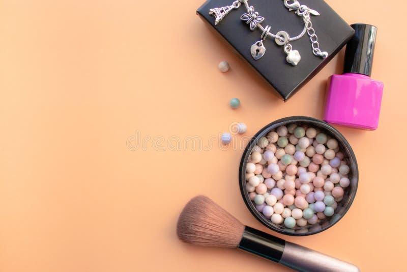 kosmetyczne akcesoria Szczotkuje, gwoździa połysk, rumieniec na żółtym tle Z pustą przestrzenią na lewicie zdjęcie stock