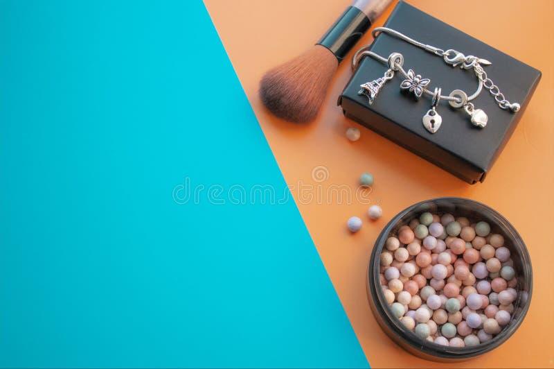 kosmetyczne akcesoria Szczotkuje, rumieniec na ? zdjęcie stock