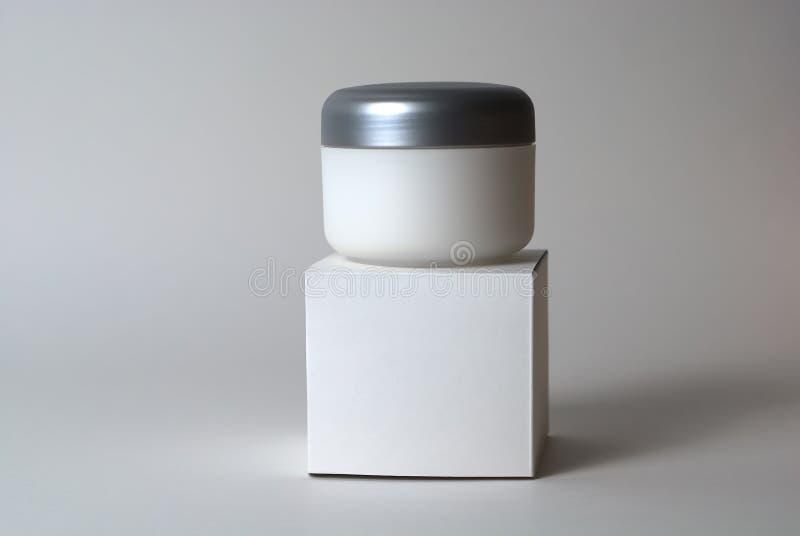 Kosmetyczny kremowy zbiornik i pudełko zdjęcie royalty free