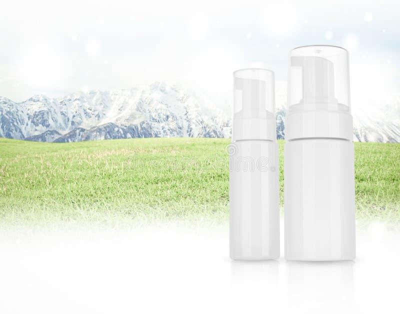 Kosmetyczny produkt dla śmietanki, piana, szampon na panoramie Moun zdjęcia royalty free