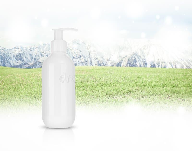 Kosmetyczny produkt dla śmietanki, piana, szampon na panoramie Moun obraz royalty free