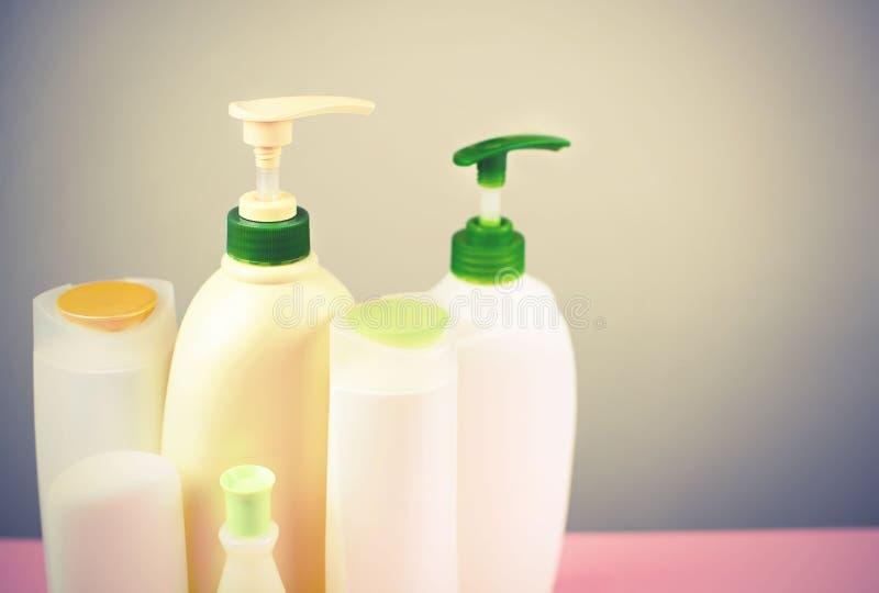 Kosmetyki dla włosy i ciała opieki białych butelek na szarej tło produktu kopii Naturalnej organicznie przestrzeni selekcyjnej os fotografia royalty free