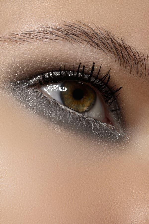 Kosmetyki, eyeshadows. Makro- moda połysku zimy błyskotliwości oka makijaż zdjęcia royalty free