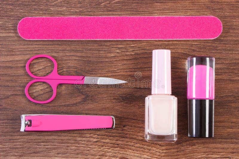 Kosmetyki i akcesoria dla manicure'u lub pedicure'u na pokładzie, pojęcie gwóźdź opieka zdjęcia stock