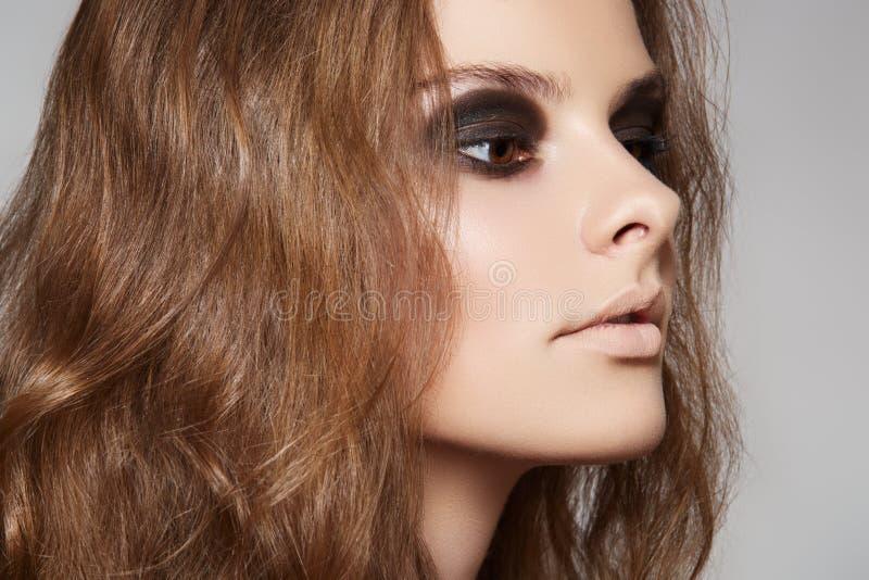 Kosmetyki i makijaż. Model z tomowy długie włosy zdjęcie royalty free