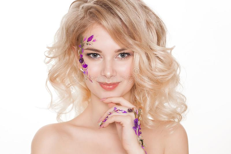 Kosmetyki i manicure Zakończenie portret atrakcyjna kobieta z suchymi kwiatami na ona twarz, pastelowy kolor gwoździa projekt zdjęcie royalty free