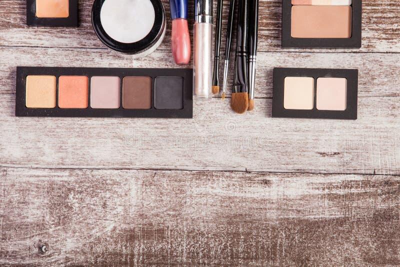 Kosmetyki i uzupełniali elementy na stole obrazy stock