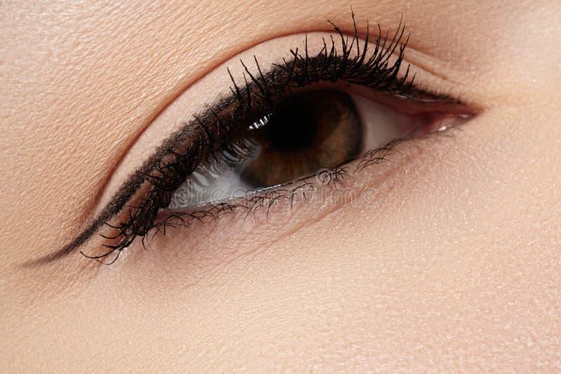 Kosmetyki. Makro- piękna oko z eyeliner makijażem zdjęcia stock