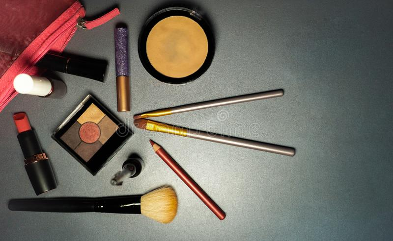 Kosmetyki na popielatym tle, zbliżenie, kobiet narzędzia, moda zdjęcie royalty free