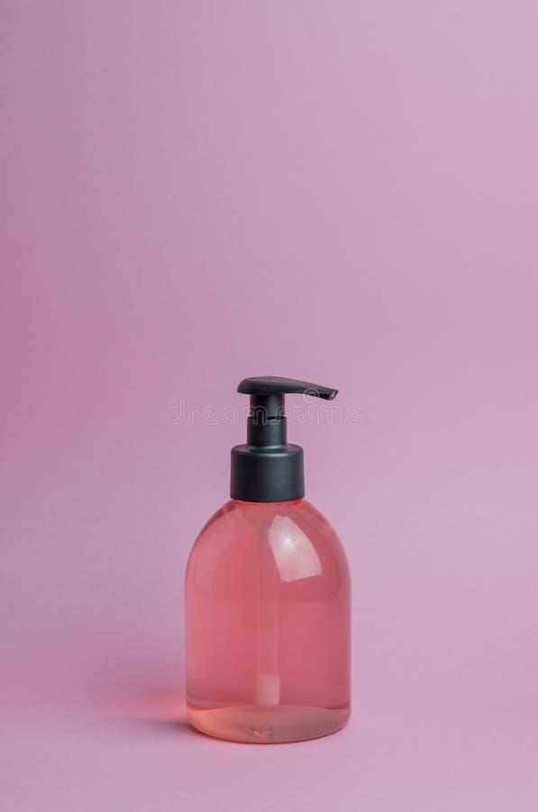 Kosmetyki na r??owym tle minimalista Skincare obrazy stock