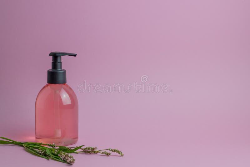 Kosmetyki na r??owym tle minimalista Skincare obraz royalty free