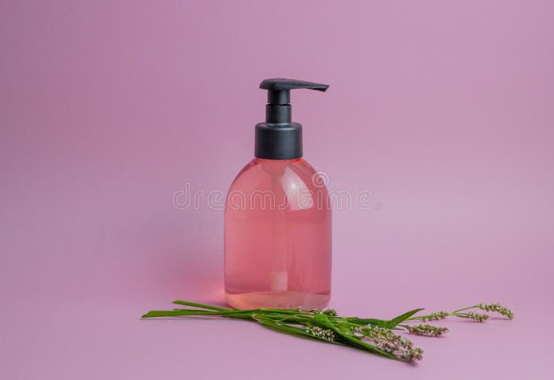 Kosmetyki na r??owym tle minimalista Skincare fotografia royalty free