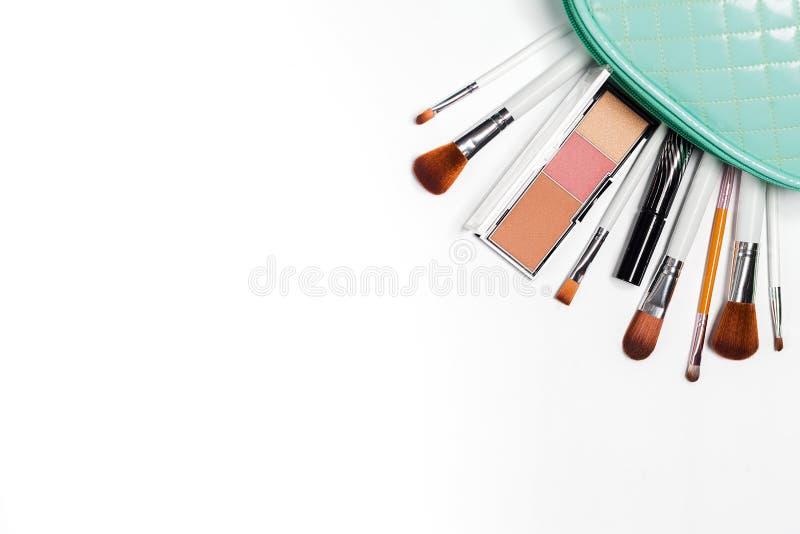 Kosmetyki nalewają za kosmetycznej torbie od, torebki na bielu obrazy royalty free