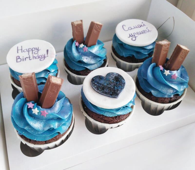 Kosmische chocolade cupcakes stock foto's