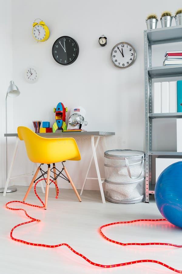 Kosmischer Raum geschlossen in einem Kinderraum stockbild