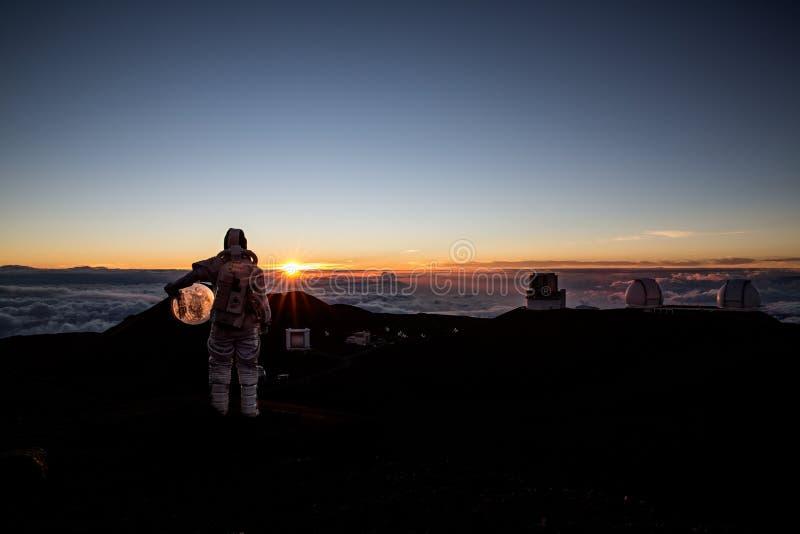 Kosmonaut som ser solnedgång fotografering för bildbyråer