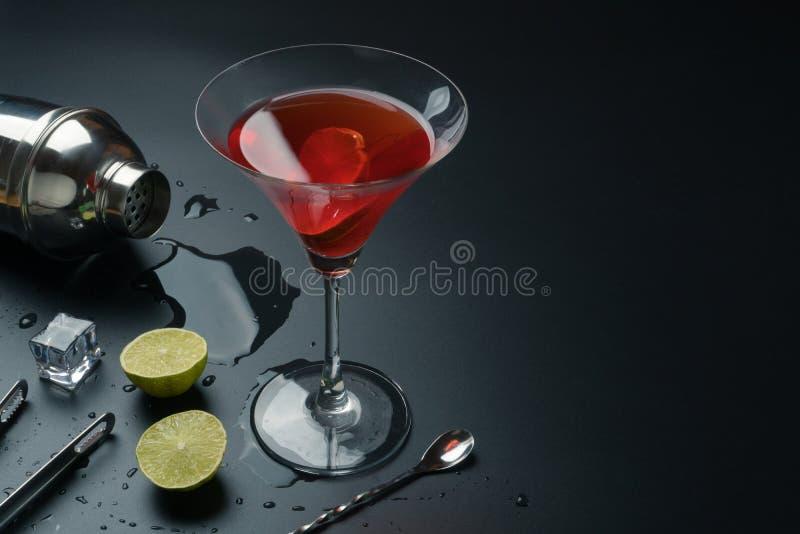 Kosmopolitisch cocktail en barmateriaal royalty-vrije stock afbeeldingen