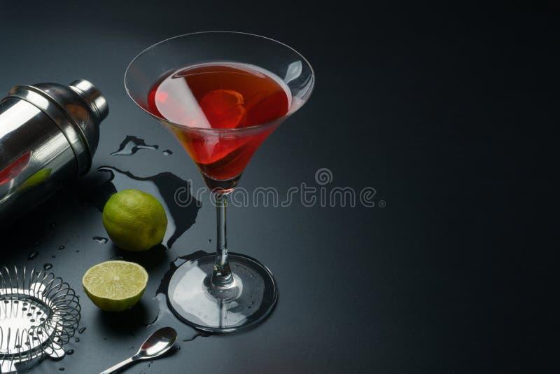 Kosmopolitisch cocktail en barmateriaal stock afbeelding