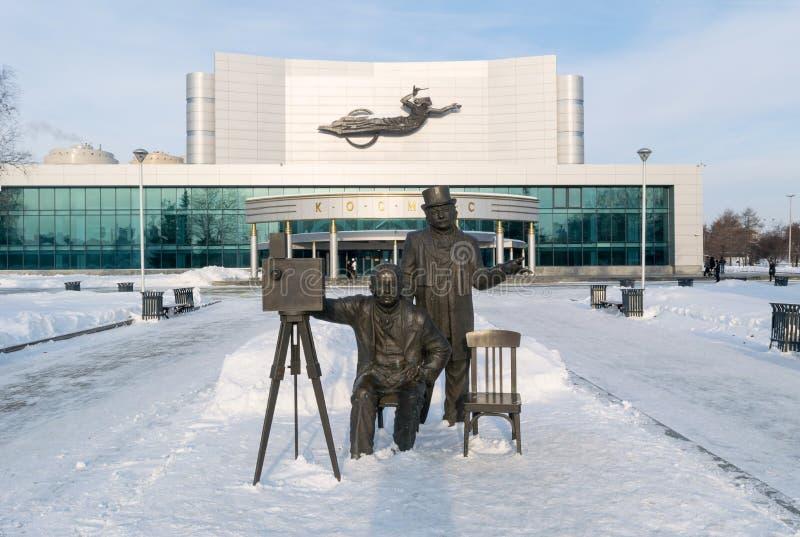 Kosmos剧院和Lumiere兄弟雕塑在冬天 免版税库存照片