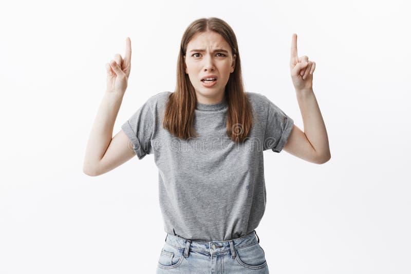 kosmos kopii Ludzie emoci i expressments Śmiesznej atrakcyjnej brunetki europejska studencka dziewczyna w popielatej koszulce i c zdjęcie royalty free