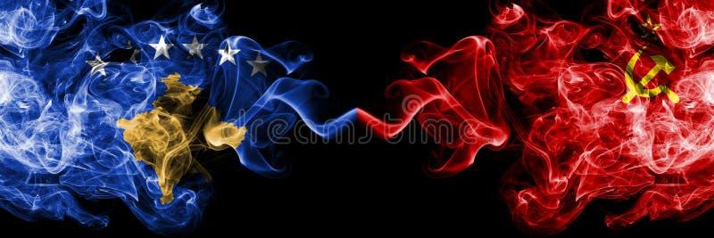 Kosovo contre l'URSS, drapeaux mystiques fumeux communistes placés côte à côte Épais coloré soyeux fume la combinaison de Kosovo  illustration libre de droits