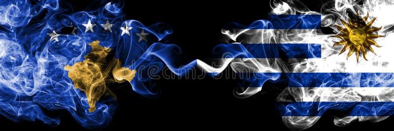 Kosovo contre l'Uruguay, drapeaux mystiques fumeux uruguayens placés côte à côte Épais coloré soyeux fume la combinaison de Kosov illustration de vecteur
