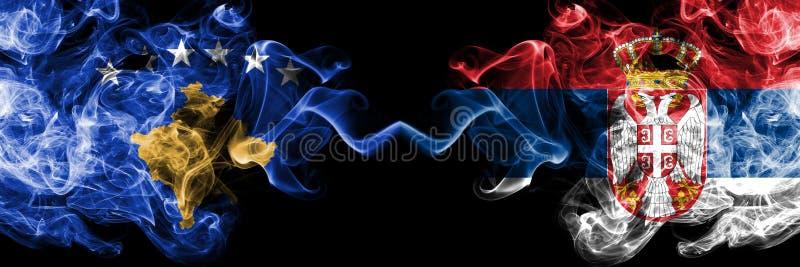 Kosovo contre la Serbie, drapeaux mystiques fumeux serbes placés côte à côte Épais coloré soyeux fume la combinaison de Kosovo et illustration de vecteur