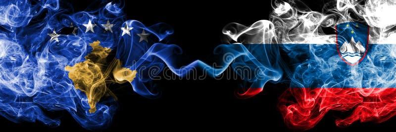 Kosovo contre la Slovénie, drapeaux mystiques fumeux slovènes placés côte à côte Épais coloré soyeux fume la combinaison de Kosov illustration de vecteur