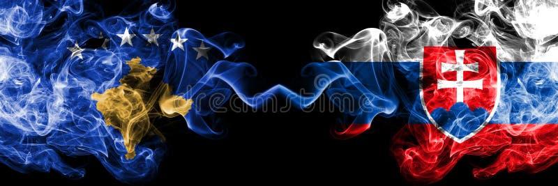 Kosovo contre la Slovaquie, drapeaux mystiques fumeux slovaques placés côte à côte Épais coloré soyeux fume la combinaison de Kos illustration libre de droits