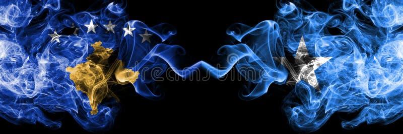 Kosovo contre la Somalie, drapeaux mystiques fumeux somaliens placés côte à côte Épais coloré soyeux fume la combinaison de Kosov illustration stock