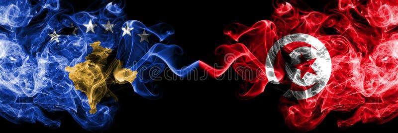 Kosovo contre la Tunisie, drapeaux mystiques fumeux tunisiens placés côte à côte Épais coloré soyeux fume la combinaison de Kosov illustration libre de droits