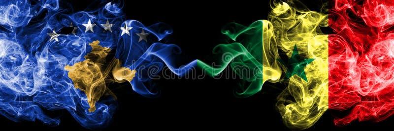 Kosovo contre le Sénégal, drapeaux mystiques fumeux sénégalais placés côte à côte Épais coloré soyeux fume la combinaison de Koso illustration libre de droits