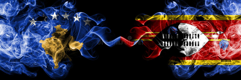 Kosovo contre le Souaziland, drapeaux mystiques fumeux de Swazi placés côte à côte Épais coloré soyeux fume la combinaison de Kos illustration stock