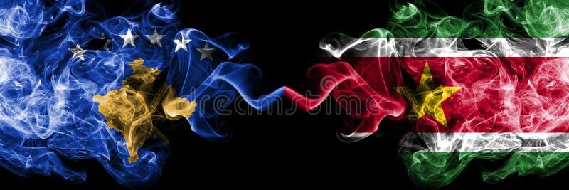 Kosovo contre le Surinam, drapeaux mystiques fumeux surinamiens placés côte à côte Épais coloré soyeux fume la combinaison de Kos illustration stock