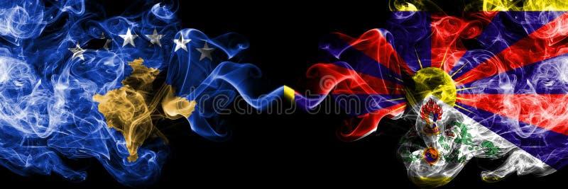 Kosovo contre le Thibet, drapeaux mystiques fumeux tibétains placés côte à côte Épais coloré soyeux fume la combinaison de Kosovo illustration stock
