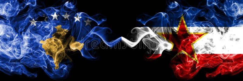Kosovo contre les drapeaux mystiques fumeux de la Yougoslavie placés côte à côte Épais coloré soyeux fume la combinaison du drape illustration de vecteur