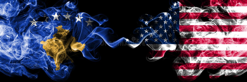 Kosovo contre les Etats-Unis d'Amérique, drapeaux mystiques fumeux américains placés côte à côte Épais coloré soyeux fume la comb illustration de vecteur