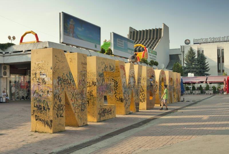 Kosovo - Pristina - neugeborenes Monument lizenzfreies stockbild