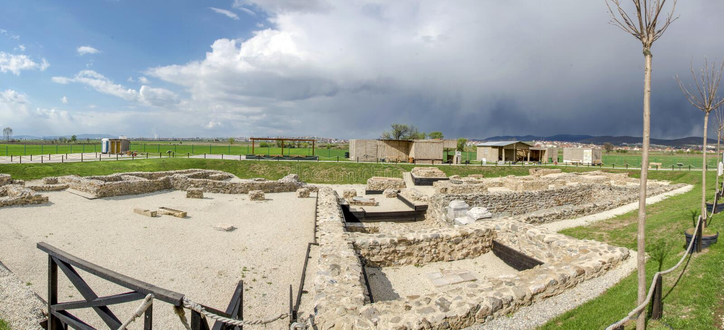 Kosovo - Ulpiana - local arqueológico fotos de stock