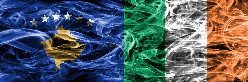 Kosowo vs Irlandia dymu flaga umieszczająca strona strona - obok - zdjęcie royalty free