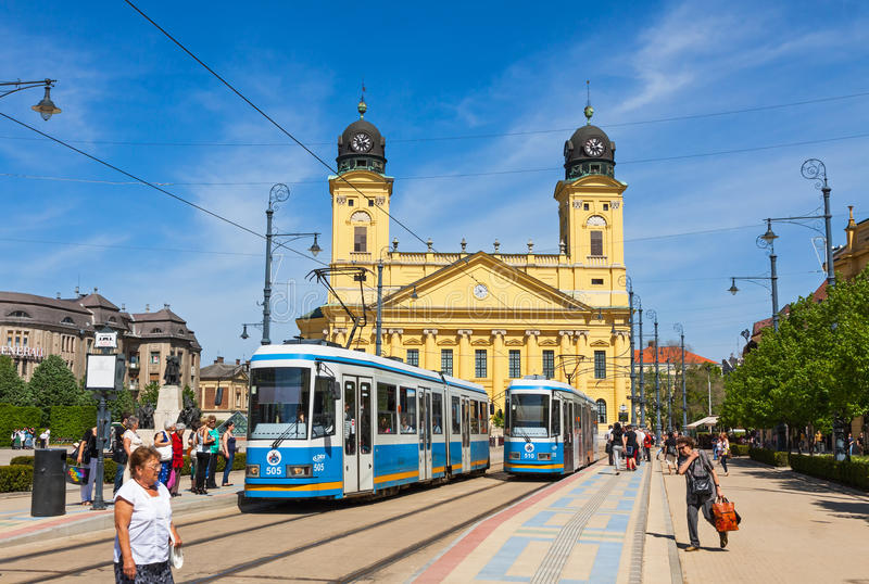 Kossuth vierkante en Protestantse Grote Kerk in Debrecen, Hongarije stock afbeelding