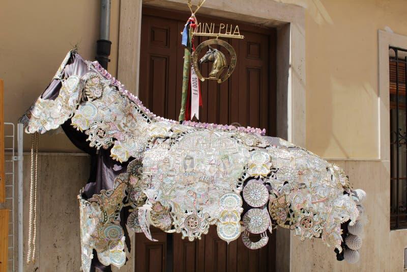 Kostüm für Pferde an Festlichkeiten Caravaca de la Cruz lizenzfreies stockfoto