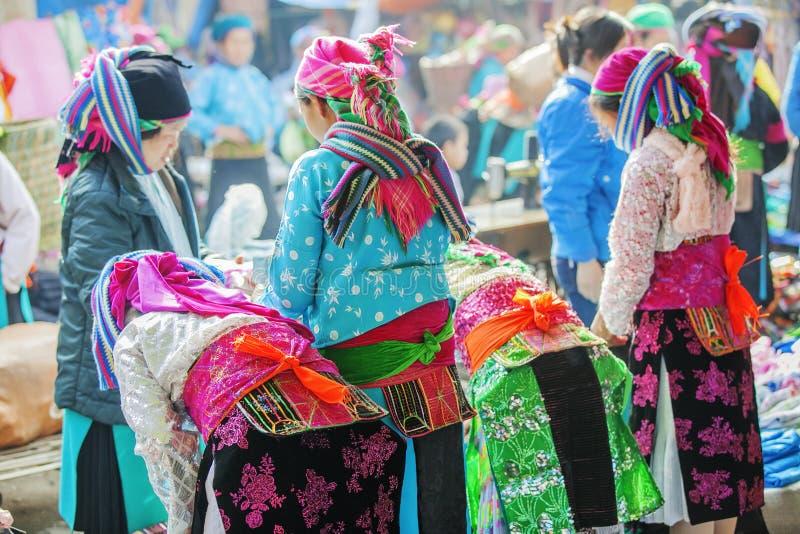 Kostüme von Frauen der ethnischen Minderheit, an altem Dong Van-Markt stockfoto