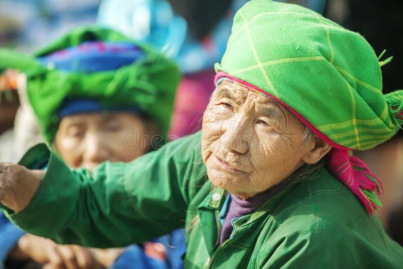 Kostüme von Frauen der ethnischen Minderheit, an altem Dong Van-Markt stockbild