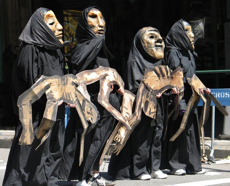 Kostümierte Demonstranten in der Antikriegsparade lizenzfreies stockbild