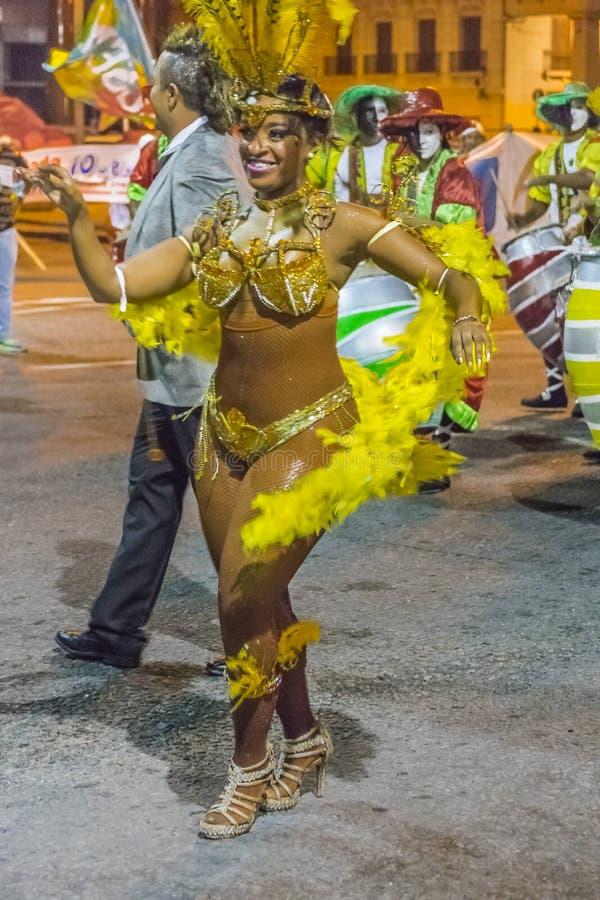 Kostümierte schwarze Frau, die Candombe an der Karnevalsparade von Urug tanzt lizenzfreie stockfotografie