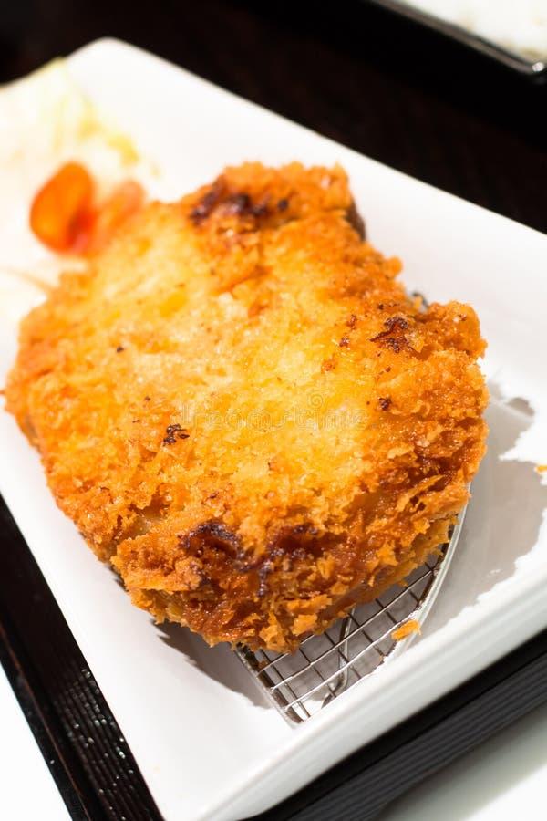 Kostad-upp japansk mat är Tonkatsu som isoleras på bakgrund arkivfoto