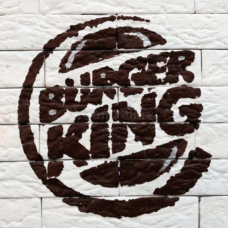 Kostanay, il Kazakistan, 11-25-2018, logo di Burger King ha dipinto su un muro di mattoni in un ristorante Giorno di apertura Pro fotografia stock libera da diritti